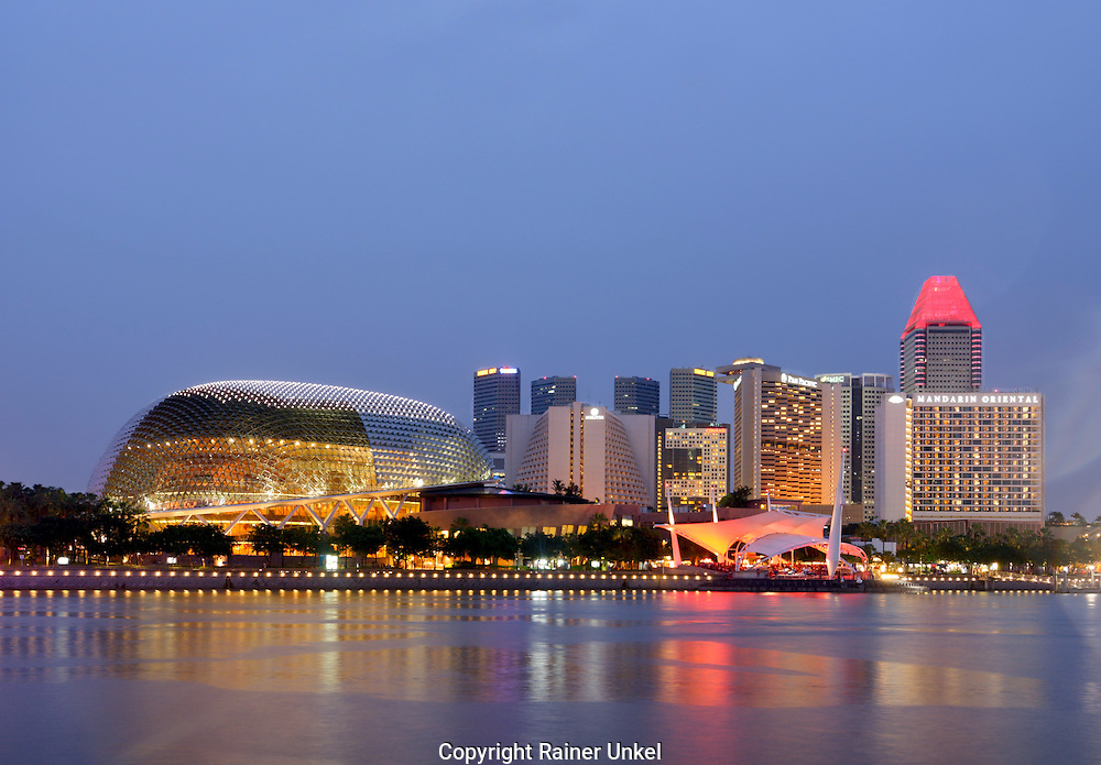 SGP, Singapur : links das Theatre on the Bay , rechts Hotels. |SGP, Singapore : at left the Theatre on the Bay , at right Hotels|. 10.02.2013 .Copyright by : Rainer UNKEL , Tel.: 0171/5457756