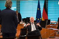 DEU, Deutschland, Germany, Berlin, 08.04.2020: Bundesinnenminister Horst Seehofer (CSU) im Gespräch mit Bundesverkehrsminister Andreas Scheuer (CSU) vor Beginn der 92. Kabinettsitzung im Bundeskanzleramt. Aufgrund der Coronakrise findet die Sitzung derzeit im Internationalen Konferenzsaal statt, damit genügend Abstand zwischen den Teilnehmern gewahrt werden kann.