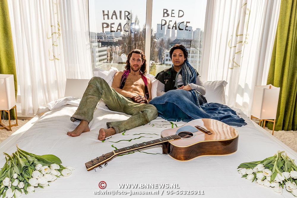 NLD/Amsterdam/201070327 - Tommie Christiaan en Rafaela Paton, cast musical HAIR Bed-In Hilton Hotel Amsterdam, originele bede waar John Lennon en Yoko Ono in geslapen hebben