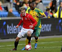 Fotball<br /> 10. Oktober 2009<br /> Privatlandskamp<br /> Ullevaal stadion<br /> Norge v Sør-Afrika 1 - 0<br /> Erik Huseklepp , Norge<br /> Siboniso Gaxa , Sør-Afrika<br /> Foto : Astrid M. Nordhaug