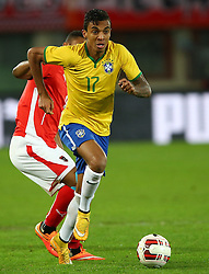 18.11.2014, Ernst Happel Stadion, Wien, AUT, Freundschaftsspiel, Oesterreich vs Brasilien, im Bild Rubin Okotie (AUT) und Luiz Gustavo (BRA) // during the friendly match between Austria and Brasil at the Ernst Happel Stadion, Vienna, Austria on 2014/11/18. EXPA Pictures © 2014, PhotoCredit: EXPA/ Thomas Haumer