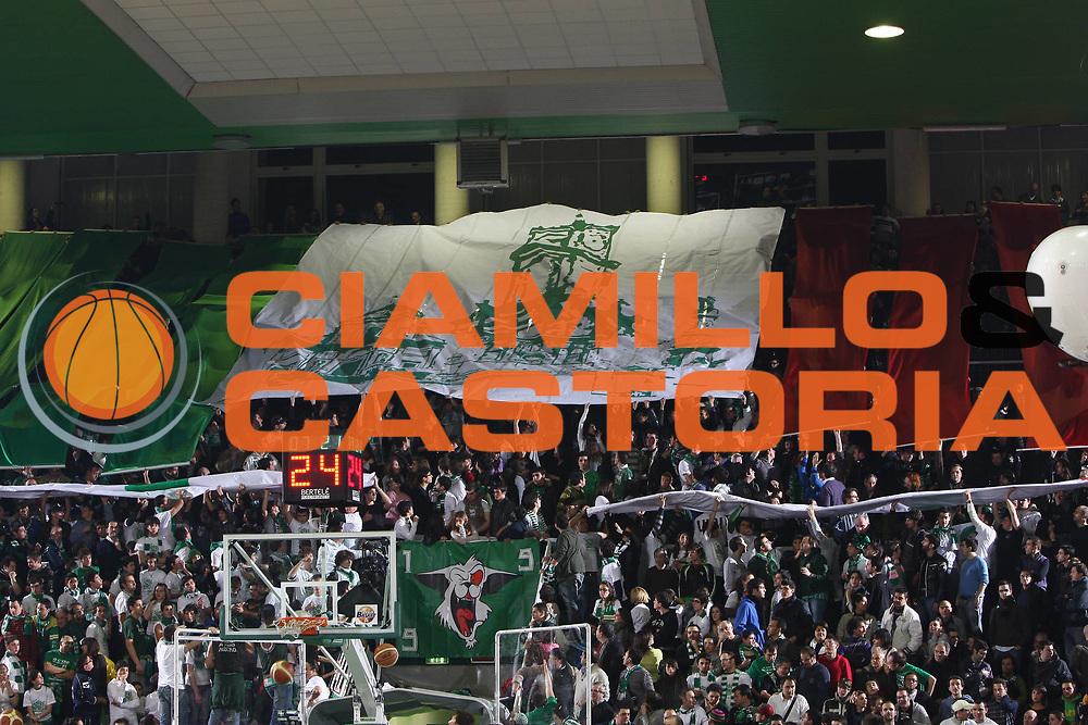 DESCRIZIONE : Avellino Final 8 Coppa Italia 2010 Quarto di Finale Armani Jeans Milano Air Avellino<br /> GIOCATORE : Curva Avellino<br /> SQUADRA : Air Avellino <br /> EVENTO : Final 8 Coppa Italia 2010 <br /> GARA : Armani Jeans Milano Air Avellino<br /> DATA : 18/02/2010<br /> CATEGORIA : tifosi<br /> SPORT : Pallacanestro <br /> AUTORE : Agenzia Ciamillo-Castoria/C.DeMassis<br /> Galleria : Lega Basket A 2009-2010 <br /> Fotonotizia : Avellino Final 8 Coppa Italia 2010 Quarto di Finale Armani Jeans Milano Air Avellino<br /> Predefinita :