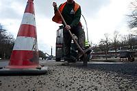 05 MAR 2010, BERLIN/GERMANY:<br /> Bauarbeiter waehrend der Reperatur von Strassenschaeden auf der Altonaer Strasse, im Hintergrund die Siegessaeule<br /> IMAGE: 20100305-01-040<br /> KEYWORDS: Strassenschäden, Straßenschäden, Frostschäden, Frostschäden, Bauarbeiten, Loch, Loecher, Löcher, Schlagloch, Schlagloecher, Schlaglöcher, Fahrbahn, Straße, Tiefbau<br /> NO MODELLRELEASE