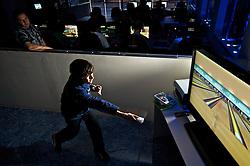 Usuários da O2 Lan House jogam tênis e outros esportes através do uso de consoles como o Nintendo Wii e o Xbox 360 em uma tela de 42''. FOTO: Jefferson Bernardes/Preview.com