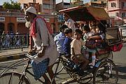 Kinder auf dem Schulweg in Jaipur. Jahrelanges Training hilft dem Fahrer sicherlich. Den Kindern gefällts offensichtlich.