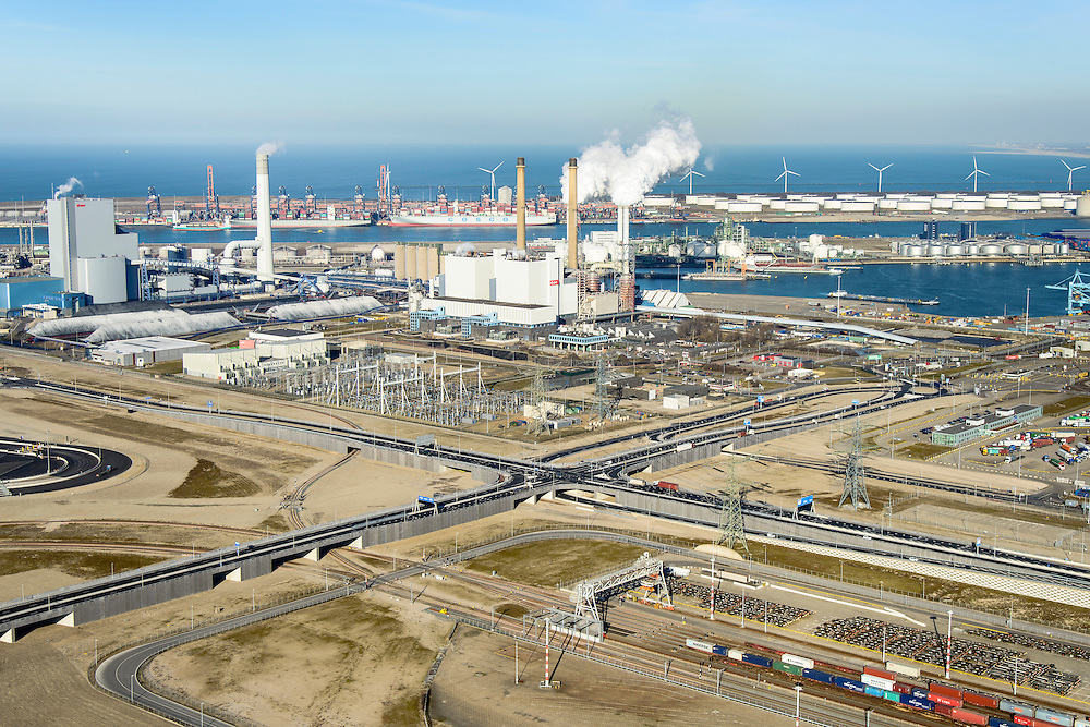 Nederland, Zuid-Holland, Rotterdam, 18-02-2015; Tweede Maasvlakte (MV2). Europaweg en Emplacement Maasvlakte West (Rail Terminal West). Aan het water van de Hartelhaven het Emplacement Maasvlakte Oost. In beheer bij Keyrail, exploitant Betuweroute. Zicht op de eleckrticiteitscentrales van E.ON., APM Terminals Rotterdam, ECT.<br /> <br /> Emplacement Maasvlakte West (West Rail Terminal) and  next to the Hartelharbour  the Emplacement Maasvlakte East. Managed by Keyrail, operator Betuweroute.<br /> <br /> luchtfoto (toeslag op standard tarieven);<br /> aerial photo (additional fee required);<br /> copyright foto/photo Siebe Swart