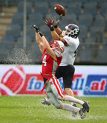 04.06.2014, UPC Arena, Graz, AUT, American Football Europameisterschaft 2014, Gruppe B, Frankreich (FRA) vs Oesterreich (AUT), im Bild Benjamin Bubik, (Team Austria, DB, #4) und Steve  Delaval , (Team France, WR , #4) // during the American Football European Championship 2014 group B game between France vs Austria at the UPC Arena, Graz, Austria on 2014/06/04. EXPA Pictures © 2014, PhotoCredit: EXPA/ Thomas Haumer
