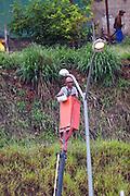 Belo Horizonte_MG, Brasil...Manutencao do poste eletrico no Centro Administrativo em Belo Horizonte, Minas Gerais...Electric pole maintenance in the Administrative Center in Belo Horizonte, Minas Gerais....Foto: JOAO MARCOS ROSA / NITRO