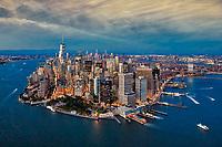 New York erleuchtete Skyline vom Helikopter aus betrachtet.