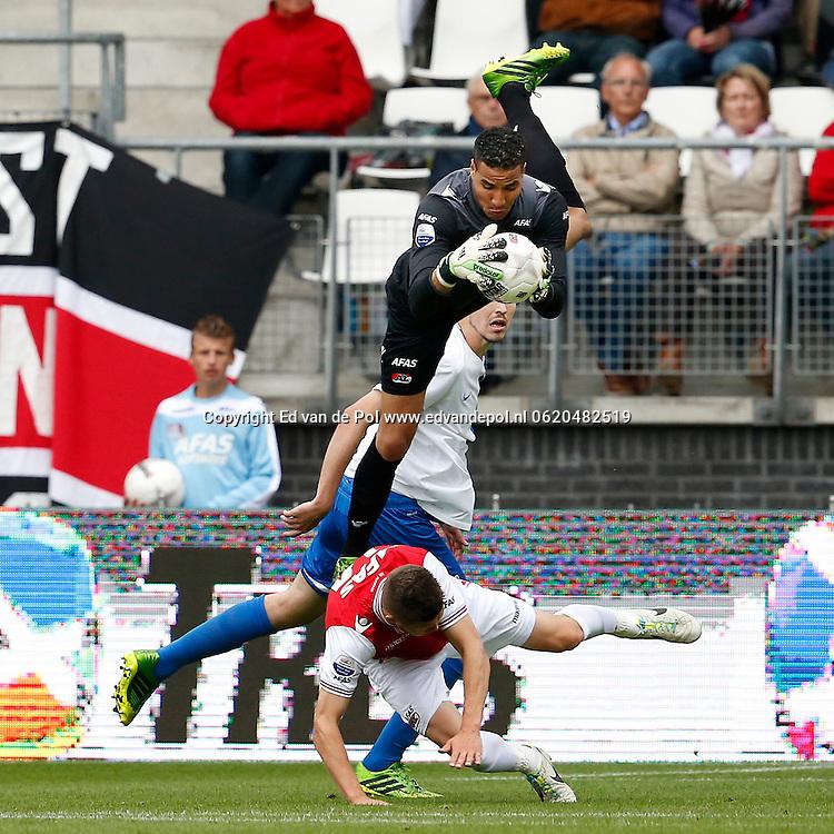Alkmaar, 01-09-2013, eredivisie, AZ - Vitesse, AFAS Stadion, AZ keeper Esteban Alvarado Brown (r) bakt de bal, AZ speler Jeffrey Gouweleeuw (l).