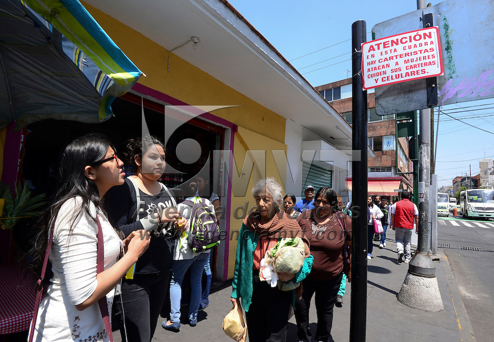 Toluca, México.- Un cartel colocado en la parte trasera de un señalamiento alerta a los transeúntes sobre la presencia de carteristas en la avenida Benito Juárez e Instituto Literario, sobre todo a las mujeres pide cuidar sus carteras y celulares.  Agencia MVT / Crisanta Espinosa.
