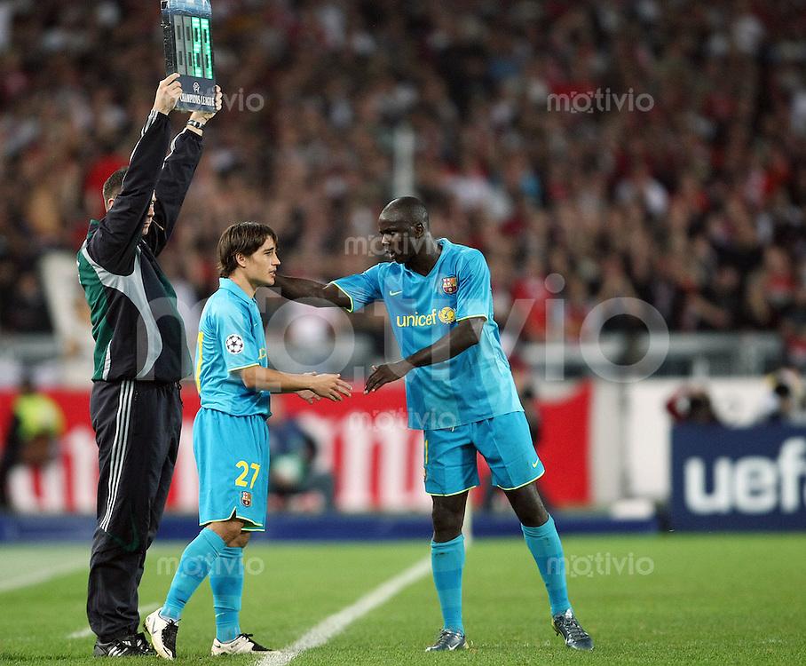 Fussball Champions League Saison 2007/2008 Lilian THURAM (re) begruesst Bojan KRKIC (re, beide Barcelona) kurz vor seiner Einwechslung.