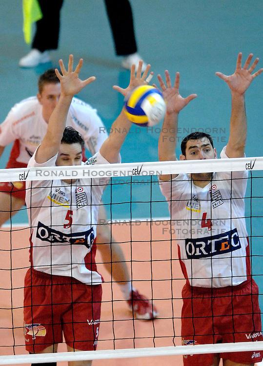 23-01-2007 VOLLEYBAL: SISLEY TREVISO - ORTEC NESSELANDE: VILLORBA ITALIE<br /> Nsselande verliest ook uit van Treviso met 3-1 en staat nog steeds met nul overwinningen onderaan in groep B / Guido Gortzen en Renzo Verschuren<br /> &copy;2007-WWW.FOTOHOOGENDOORN.NL