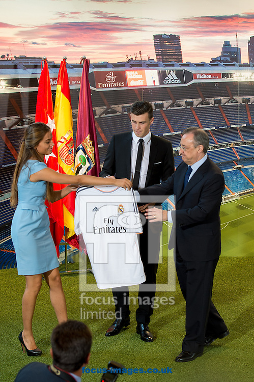Picture by Sam Wordley/Focus Images Ltd +34 605 350 422<br /> 02/09/2013<br /> New signing Gareth Bale and Real Madrid president Florentino P&eacute;rez (r/h/s) as Bale presented at the Estadio Santiago Bernabeu, Madrid.