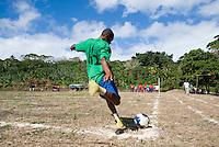 FUSSBALL    FEATURE    SUEDSEE    21.07.2008 Ein Kind schlaegt einen Eckball, waehrend der Schulmeisterschaft auf einem Spielfeld ausserhalb von Port Vila, der Hauptstadt von Vanuatu. Jedes Jahr im Juli finden hier Schulmeisterschaften statt, aehnlich der Bundesjugendspiele in Deutschland.