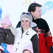 AUT/Lech/20080210 - Fotosessie Nederlandse Koninklijke familie in lech Oostenrijk, Koninging Beatrix, prinses Laurentien met Leonore