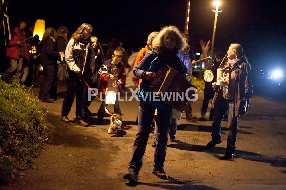 Laternenumzug Hitzacker mit Gesang und Akkordeonbegleitung. Es gab eine ruhige Sitzblockade auf einem der Bahn&uuml;berg&auml;nge in Hitzacker, die Polizei hat keine Anweisungen erteilt. Insgesamt war es ein sch&ouml;ner und eindrucksvoller Spaziergang durch die Nacht. <br /> <br /> Ort: Hitzacker<br /> Copyright: Kolja Schoepe<br /> Quelle: PubliXviewinG
