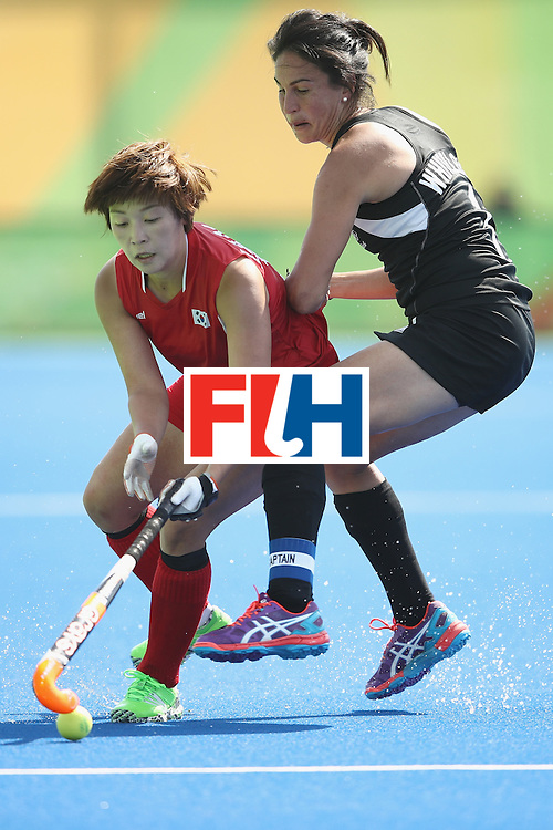 RIO DE JANEIRO, BRAZIL - AUGUST 07:  Sooji Jang of Korea and Kayla Whitelock of New Zealand compete for the ball during the women's pool A match between New Zealand and the Republic of Korea on Day 2 of the Rio 2016 Olympic Games at the Olympic Hockey Centre on August 7, 2016 in Rio de Janeiro, Brazil.  (Photo by Getty Images/Getty Images)