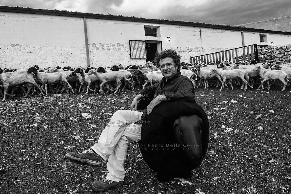 """Altamura - L'artista Vito Maiullari con la sua """"Poltrona Pecora"""" esposta anche al MART."""