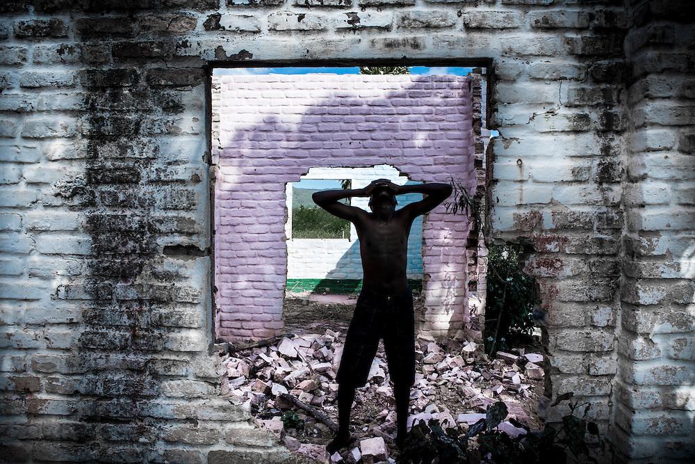 Realizado em uma comunidade quilombola no sertao do estado da Bahia, EFEMERIDES DA GENESE e uma elegia a comunidade afro-brasileira. Representam a grande maioria da forca de trabalho do pais, entretanto sofrem com a ma vontade dos poderes publicos e ainda com o preconceito dos seus compatriotas. A narrativa aqui recorre ao realismo fantastico vazar um bocado da sede e do suor de um povo que resiste bravamente as intemperies do tempo e de sua propria gente.  (Foto: Pedro Silveira)
