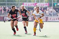 AMSTELVEEN - Joosje Burg (Den Bosch)  met Julia Muller (A'dam) en Kitty van Male (A'dam)   tijdens de finale van de play-offs om de landstitel in het Wagener stadion, tussen Amsterdam en Den Bosch (1-4). Den Bosch kampioen .COPYRIGHT KOEN SUYK