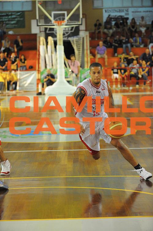 DESCRIZIONE : Trani Lega A 2010-11 Torneo di Trani Enel Brindisi Scavolini Siviglia Pesaro<br /> GIOCATORE : Danile Hachett<br /> SQUADRA : Enel Brindisi Scavolini Siviglia Pesaro<br /> EVENTO : Campionato Lega A 2010-2011 <br /> GARA : <br /> DATA : 19/09/2010<br /> CATEGORIA : palleggio<br /> SPORT : Pallacanestro <br /> AUTORE : Agenzia Ciamillo-Castoria/GiulioCiamillo<br /> Galleria : Lega Basket A 2010-2011 <br /> Fotonotizia : Trani Lega A 2010-11 Torneo di Trani Enel Brindisi Scavolini Siviglia Pesaro<br /> Predefinita :