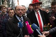Darmstadt | Deutschland | 09.03.2017: Der designierte Kanzlerkandidat der SPD Martin besucht Darmstadt und unterst&uuml;tzt den dortigen SPD OB-Kandidaten Michael Siebel im Wahlkampf. <br /> <br /> hier: Martin Schulz gibt ein Interview. mit rotem Hut OB-Kandidat Michael Siebel<br /> <br /> Sascha Rheker<br /> 20170309<br /> <br /> [Inhaltsveraendernde Manipulation des Fotos nur nach ausdruecklicher Genehmigung des Fotografen. Vereinbarungen ueber Abtretung von Persoenlichkeitsrechten/Model Release der abgebildeten Person/Personen liegt/liegen nicht vor.]