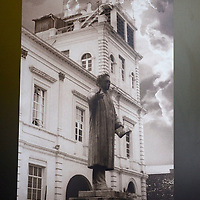 Toluca, México.- El departamento de cultura y arte de la Universidad Autónoma del Estado de México UAEM, expone en los andadores fotografías de la transformación arquitectónica del edificio central de rectoría de esta máxima cas de estudios universitarios. Agencia MVT / José Hernández