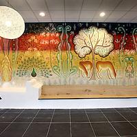 Nederland, Amsterdam , 23 augustus 2013.<br /> n september vindt de officiële opening plaats van onze nieuwe locatie in Amsterdam: De Nieuwe Valerius, academisch psychiatrisch centrum VUmc-GGZ inGeest.<br /> Vanaf begin september verhuizen diverse klinieken en poliklinieken voor volwassenen en ouderen naar een nieuwe locatie: De Nieuwe Valerius aan de Amstelveenseweg in Amsterdam. Deze locatie is gehuisvest in nieuwbouw van VUmc waar ook de spoedeisende hulp van VUmc en Stichting Gastenverblijven (voor familie van patiënten van VUmc) een plek krijgen. In De Nieuwe Valerius worden afdelingen vanuit bestaande locaties samengevoegd om gezamenlijk kwalitatief hoogwaardige zorg te bieden aan de patiënt. We zijn continu bezig met innovatie, verbetering en ontwikkeling van ons zorgaanbod. Nu we in de directe nabijheid van VUmc zitten, krijgt het wetenschappelijk onderzoek op het grensvlak tussen lichamelijke en psychische aandoeningen een stevige stimulans.Gebouw en omgeving zijn zo ontworpen dat de vormgeving en inrichting ervan bijdragen aan het welbevinden van de patiënt en een voorspoedige genezing. <br /> Op de foto: Het kunstwerk van Gijs frieling in de entree van het nieuwe Valerius gebouw<br /> Foto:Jean-Pierre Jans