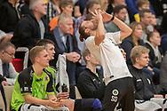 Cheftræner Simon Dahl (Nordsjælland) ærgrer sig under kampen i Herrehåndbold Ligaen mellem Nordsjælland Håndbold og Aalborg Håndbold den 27. november 2019 i Helsinge Hallen (Foto: Claus Birch).