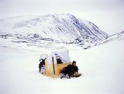 Nunavik, Grand Nord du Québec. Lors d'une expédition de chasse aux caribous, un jeune Inu (Inuit au singulier) se repose un peu sur son «komatik», ce traîneau servant au transport des marchandises et qui peut servir à l'occasion d'abris pour la nuit ou lors d'une tempête.