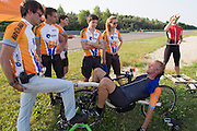 Alwin Visker krijgt support van het team na zijn poging. HPT Delft en Amsterdam is in Senftenberg voor de recordpogingen op de Dekra baan.<br />