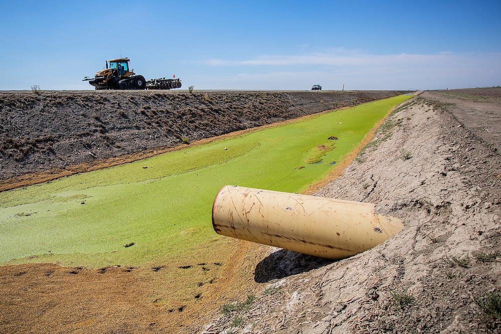 Vanningsrør til åkrene rundt Pixley. Mye penger er investert i vanningsanlegg for de vannrette åkrene. En brønn kan fort koste flere hundre tusen, og en åker kan være utstyrt med flere enn en brønn. Tidenes verste tørke har rammet California, og verre skal det bli.
