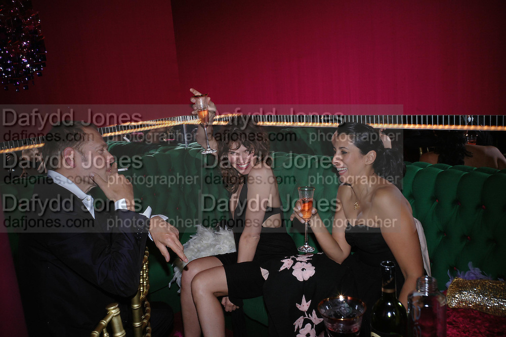 Paul Simonon, Jess Morris and Serena Rees. Selfridges Las Vegas dinner hosted by  hon Galen , Hillary Weston and Allanah Weston. Selfridges Oxford St. 20 April 2005. ONE TIME USE ONLY - DO NOT ARCHIVE  © Copyright Photograph by Dafydd Jones 66 Stockwell Park Rd. London SW9 0DA Tel 020 7733 0108 www.dafjones.com