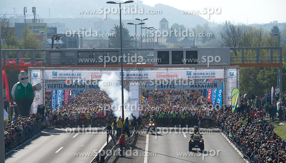 19.04.2015, Linz, AUT, Borealis Linz Donau Marathon, im Bild Start Marathon Linz // during the Borealis Linz Marathon in Linz, Austria on 2015/04/19. EXPA Pictures © 2015, PhotoCredit: EXPA/ Reinhard Eisenbauer