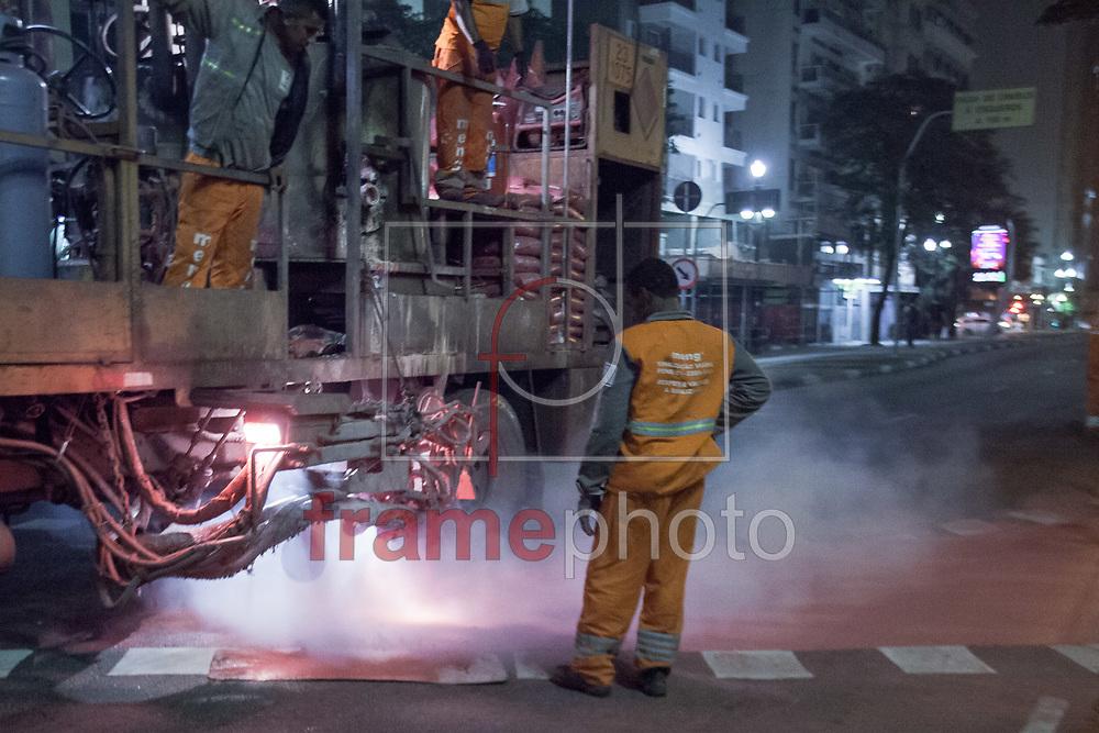 São Paulo, SP - 20/11/2014 - Operários trabalham na repintura da ciclovia na avenida São João, Centro de São Paulo, na noite de hoje (20/11). Apenas alguns meses após a inauguração do trecho, a faixa e a marcação de solo estão sendo refeitas. Foto: Rodrigo Dionisio/Frame