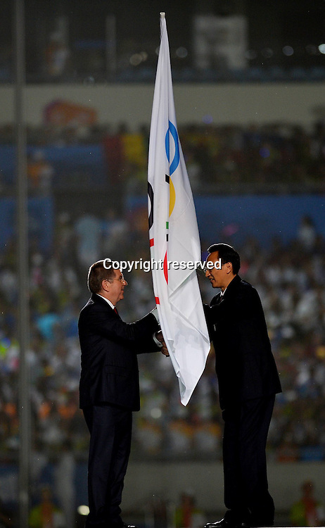 28.08,2014. Nanjing, China.  The mayor of Nanjing Miao Ruilin (R) hands over the Olympic Flag to the President of the International Olympic Committee Thomas Bach during the closing ceremony of Nanjing 2014 Youth Olympic Games in Nanjing, capital of east Chinas Jiangsu Province, Aug. 28, 2014.