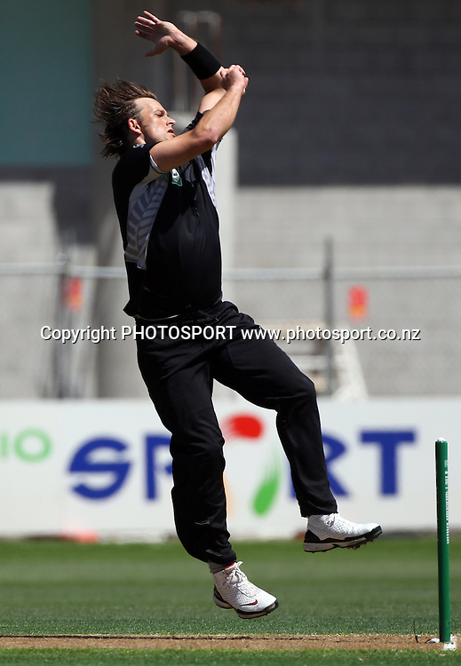 Shane Bond bowling.<br />