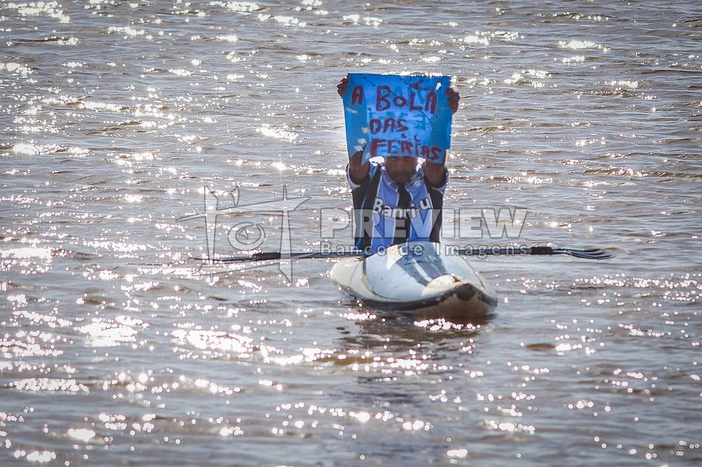 """Torcedor gremista no Rio Guaiba com cartaz """"Vim devolver a bola das férias"""", se referindo a bola que levou durante treino do Inter, no dia 25/10, no CT do Parque Gigante. FOTO: Vinícius Costa/ Agência Preview"""
