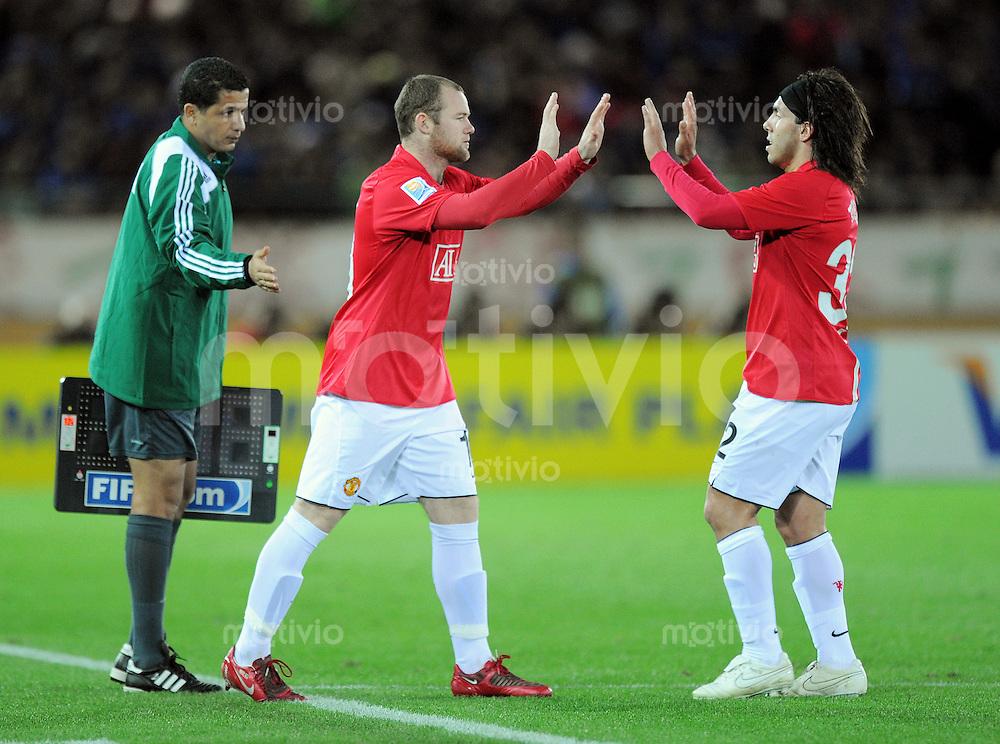 Fussball International FIFA Club WM Japan 2008     18.12.2008 Halbfinale Gamba Osaka - Manchester United Einwechslung Wayne Roones (ManU, li) fuer Carlos Tevez (ManU, re)