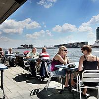 Nederland, Amsterdam , 18 juli 2010..Cafe-restaurant Wilhelmina-Dok ligt in Amsterdam Noord aan de Noordwal van het IJ, schuin tegenover het Centraal Station.The sunniest terraces of Amsterdam