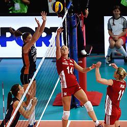 27-09-2015 NED: Volleyball European Championship Nederland - Polen, Apeldoorn<br /> Nederland verslaat Polen met 3-1 / Anne Buijs #11, Joanna Wolosz #14