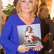 NLD/Amsterdam/20160529 , Boekpresentatie Het Groot Nederlands Knuffelboek van Gallyon van Vessem, Gallyon van Vessem met haar boek