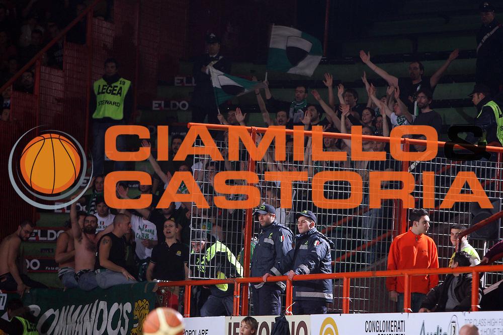 DESCRIZIONE : Caserta Lega A1 2008-09 Eldo Caserta Montepaschi Siena<br /> GIOCATORE : Tifo Tifosi Fan Fans Supporter Supporters<br /> SQUADRA : Montepaschi Siena<br /> EVENTO : Campionato Lega A1 2008-2009 <br /> GARA : Eldo Caserta Montepaschi Siena<br /> DATA : 28/12/2008 <br /> CATEGORIA :<br /> SPORT : Pallacanestro <br /> AUTORE : Agenzia Ciamillo-Castoria/E.Castoria