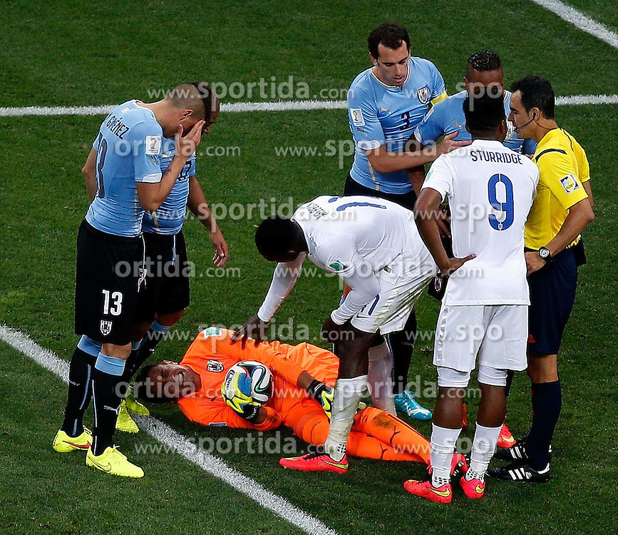 19.06.2014, Arena de Sao Paulo, Sao Paulo, BRA, FIFA WM, Uruguay vs England, Gruppe D, im Bild Uruguay's goalkeeper Fernando Muslera falls down on the field // during Group D match between Uruguay and England of the FIFA Worldcup Brasil 2014 at the Arena de Sao Paulo in Sao Paulo, Brazil on 2014/06/19. EXPA Pictures &copy; 2014, PhotoCredit: EXPA/ Photoshot/ Liao Yujie<br /> <br /> *****ATTENTION - for AUT, SLO, CRO, SRB, BIH, MAZ only*****