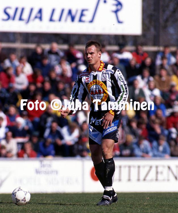 8.5.1997, Hietalahti, Vaasa.<br /> Veikkausliiga 1997.<br /> Vaasan Palloseura - FF Jaro.<br /> Tomi Kinnunen - VPS