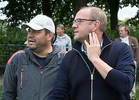 BLOEMENDAAL - OZ coach Michel van den  Heuvel (r) met bondscoach Max Caldas.  Oud internationals Eby Kessing, Ronald Brouwer en Nick Meijer, alle spelers van Bloemendaal, namen afscheid met een afscheidsdrieluik. COPYRIGHT KOEN SUYK