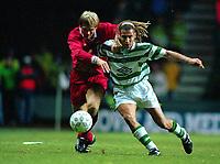 Fotball<br /> Norske spillere i England<br /> Foto: Colorsport/Digitalsport<br /> NORWAY ONLY<br /> <br /> HENRIK LARSSON (CELTIC) BJØRN TORE KVARME (LIVERPOOL). CELTIC V LIVERPOOL, 16/09/1997. UEFA CUP 1997/8