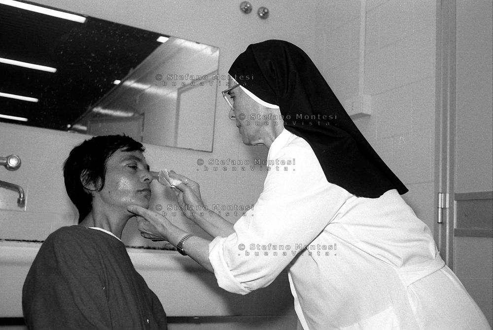 Roma 1996,<br /> Caritas, Ostello Don Luigi Di Liegro in via Marsala.<br /> Una suora mentre si prende cura di un ospite