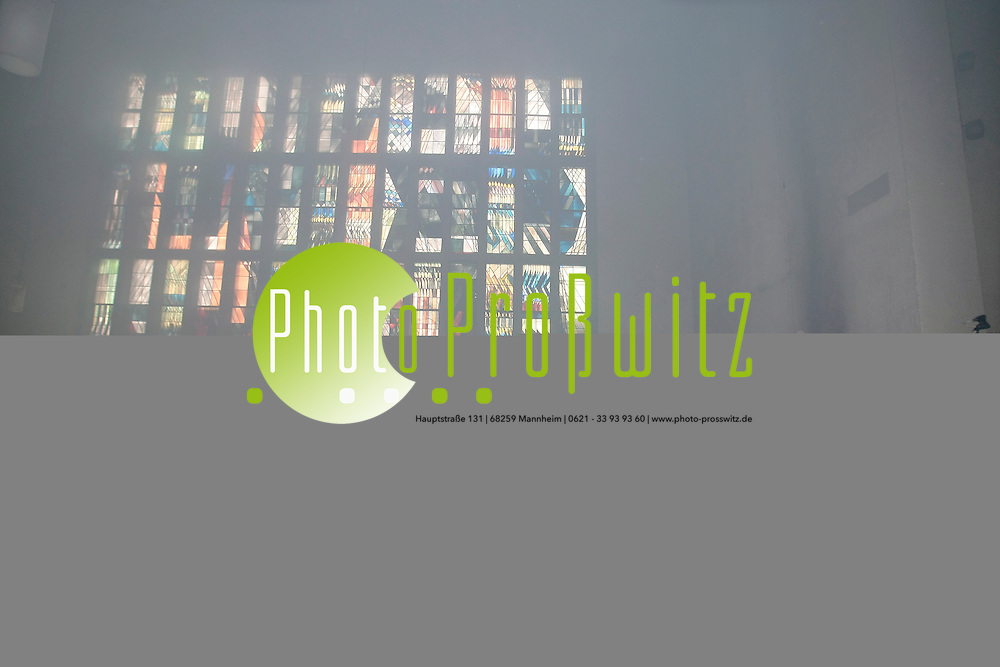 Mannheim. 24.02.2012. Feudenheim. Brand in der St. Peter &amp; Paul Kirche. Ein, an einer Maria-Statue, angebrachter Wandteppich f&permil;ngt Feuer undbrennt v&circ;llig ab. Die Feuerwehr kann den Brand schnell l&circ;schen und ein &lsaquo;bergreifen der Flammen verhindern.<br /> Bild: Markus Proflwitz 24FEB12 / masterpress /